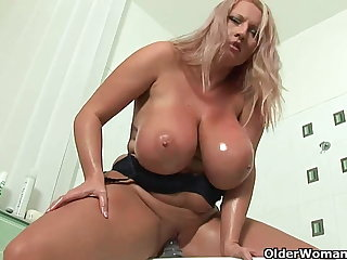 Mature soccer nurturer with chunky tits fucks a dildo