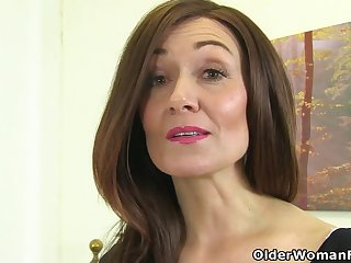 English milf Kitty Cream puts her fingers to work