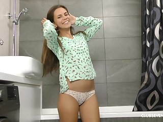 Slender solo amateur teen model Baby Shine masturbates apropos the shower