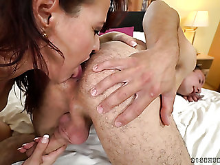 This mature floosie wants this guy's tongue on her clitoris before having sex